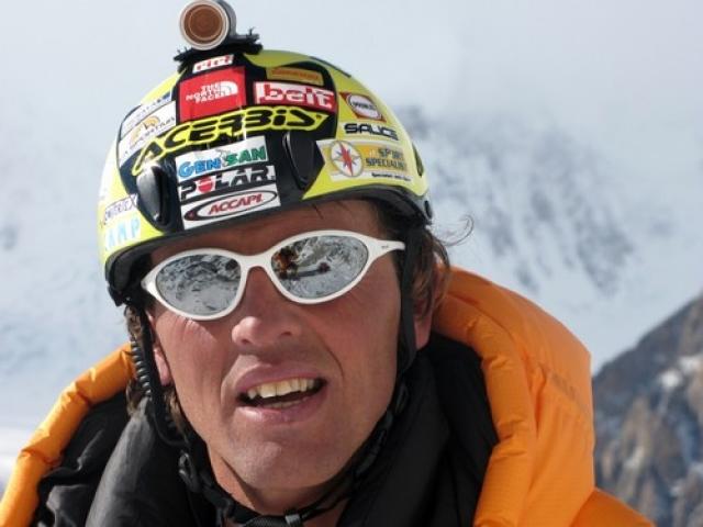 Simone Moro con casco