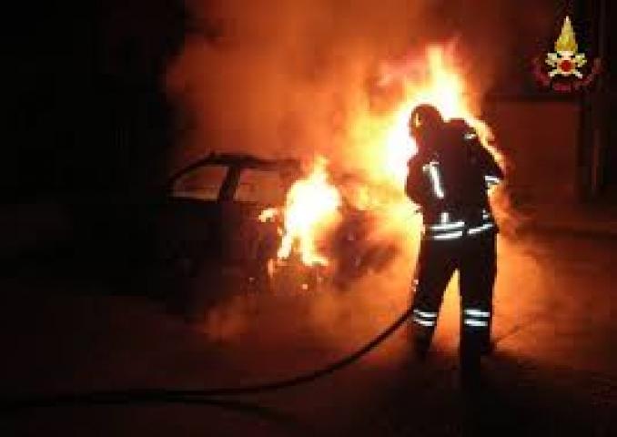 auto incendiata notte