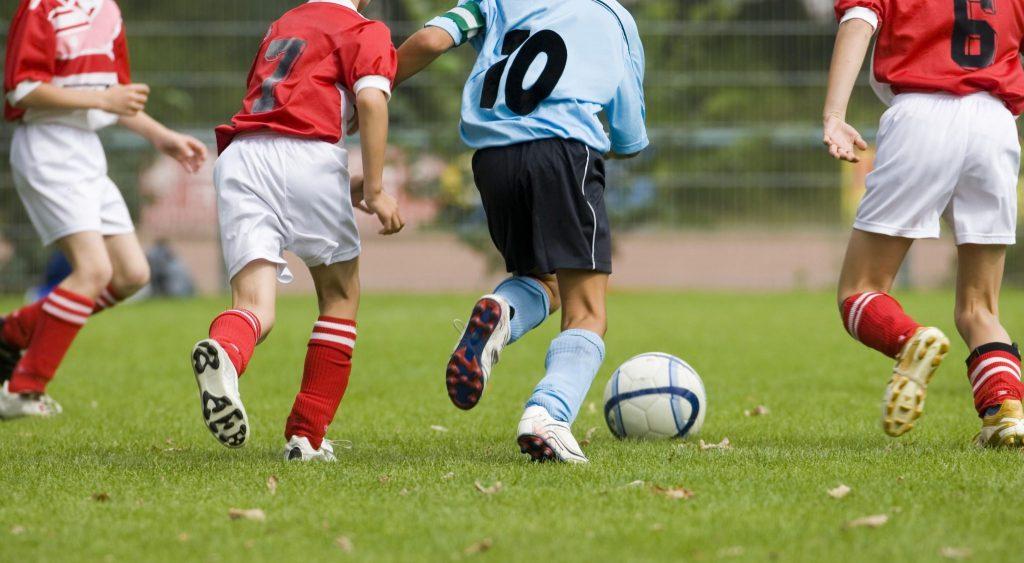 bambini pallone calcio
