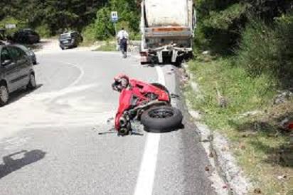 Moto contro camion