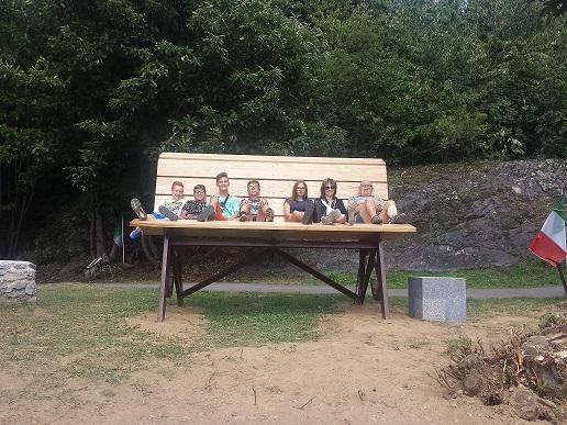 La Prima Panchina Gigante In Vallecamonica Montagne Paesi