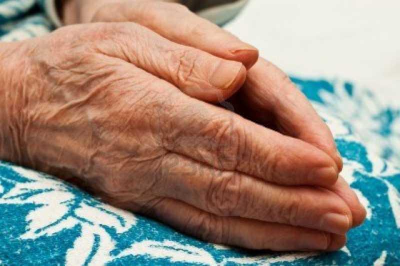 6024586 paio di mani in preghiera una donna anziana in ginocchio1