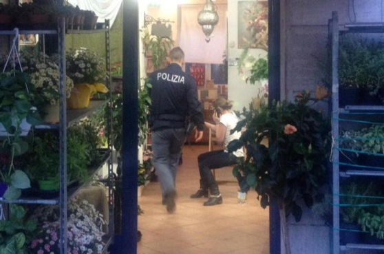 rapinatore negozio fiori