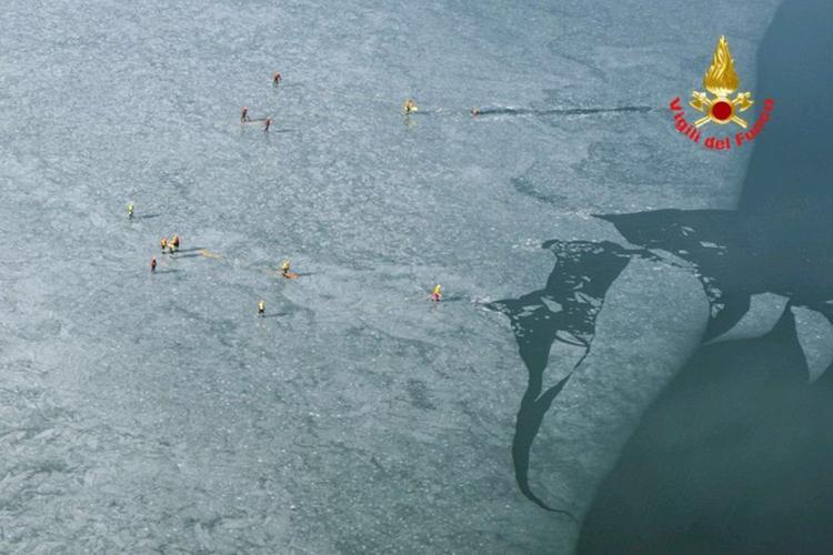 Vigili del Fuoco prove di soccorso sul lago ghiacciato riprese dall elicottero