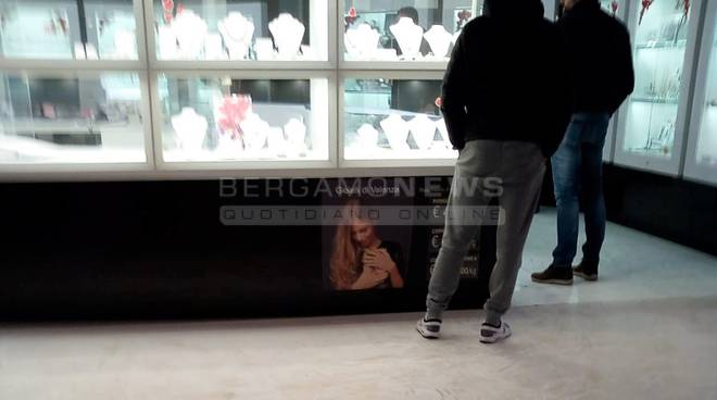 brescia rapina al centro commerciale con fumogeni fuga in bmw verso la bergamasca 637299.660x368