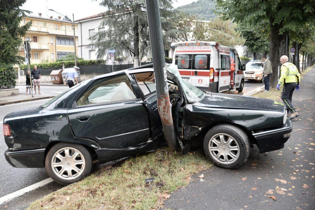 Auto schiantata contro il palo