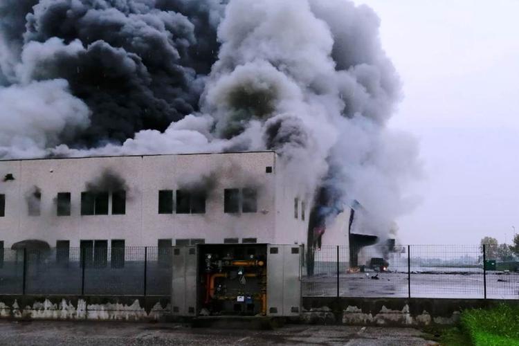 Fiamme e fumo alla Solat in un immagine scattata a incendio ancora in atto