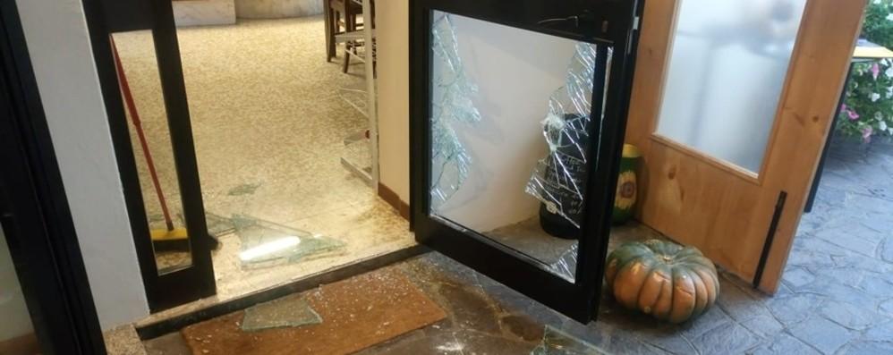 spaccata in pizzeria a colpi di zucca