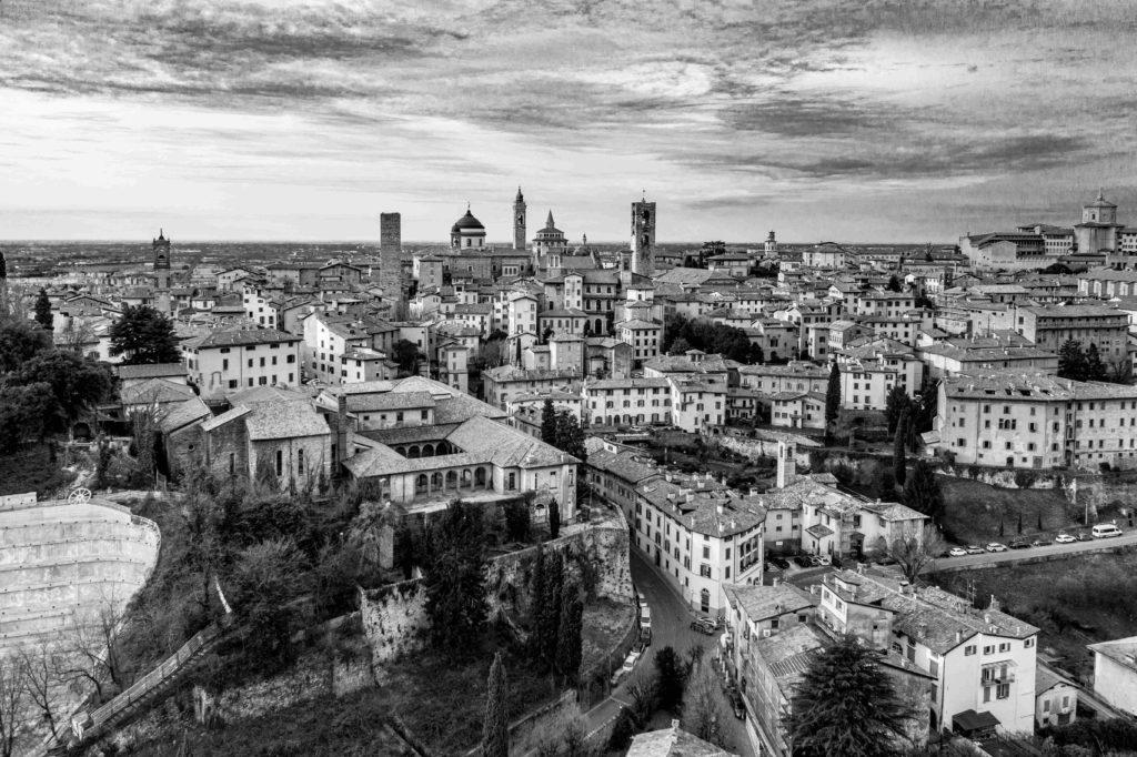01.Main Insolite Visioni. La passione per il volo. Bergamo dallalto Citta Alta di Bergamo Credits Alex Persico 2020