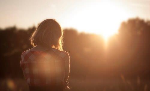 Donna di spalle nel sole