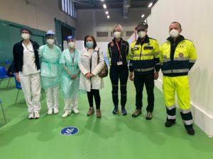 01. DG Maria Beatrice Stasi con alcune delle figure coinvolte medici infermieri e volontari di Protezione Civile e ANA 12.04.2021